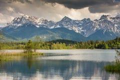 Горы на озере Barmsee Стоковая Фотография RF
