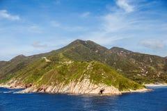Горы над открытым морем и под ясным небом Стоковые Изображения