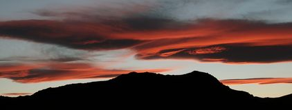 Горы на сумерках около Trona, Калифорния стоковое фото