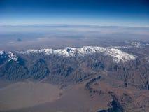 Горы на ясном виде с воздуха голубого неба стоковое изображение