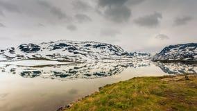 Горы Норвегии сценарные с замороженным озером Стоковые Фото
