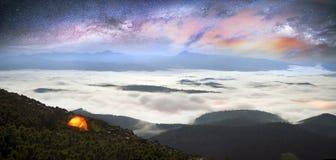 Горы ночи туманные Стоковые Изображения
