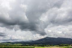 Горы облако нижнего яруса драматическое небо Румыния Стоковые Фотографии RF