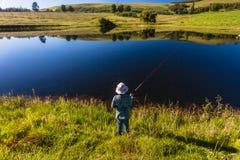 Горы озера девушк рыболовства  Стоковые Фотографии RF
