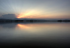 горы озера colorado над утесистым заходом солнца Стоковое Изображение