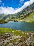 горы горы озера lac de Франции creno Корсики корсиканские Озеро между утесами Гостиница на береге Стоковая Фотография