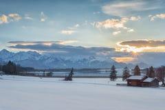 Горы озера witk ландшафта захода солнца зимы стоковое изображение rf
