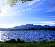 Горы, озеро и голубое небо в вечере лета Вечер на t Стоковое фото RF