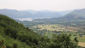 Горы около воды района Cumbria Англии Великобритании и Derwent озера Keswick от скопы смотрят вне сток-видео