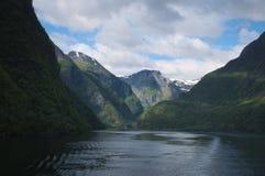 горы окружили Стоковые Изображения