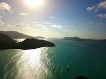 Горы острова Praslin с парусным судном стоковое фото