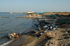 Горы отброса на пляже далеко от курортных городов Египта Стоковые Фотографии RF