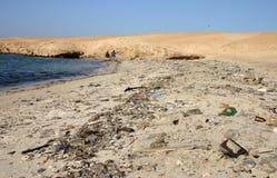 Горы отброса на пляже далеко от курортных городов Египта Стоковые Изображения RF