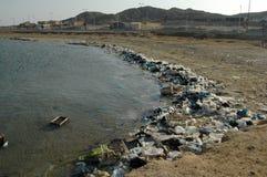 Горы отброса на пляже далеко от курортных городов Египта Стоковое Фото