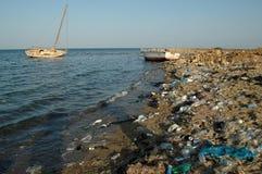 Горы отброса на пляже далеко от курортных городов Египта Стоковое фото RF