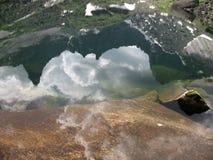 Горы отражая на озере Стоковая Фотография RF