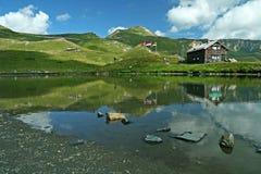 Горы отраженные в воде Стоковые Изображения