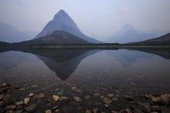 Горы отраженные в ясном озере горы Стоковые Фото