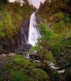 горы падений carneddau abergwyngregyn aber приближают к северному селу вэльсу Великобритании Стоковые Фотографии RF