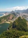 Горы пляжей и город Рио-де-Жанейро в Бразилии стоковые фото