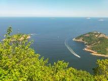 Горы пляжей и город Рио-де-Жанейро в Бразилии стоковое фото