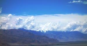 Горы под облачным небом Стоковое Изображение RF