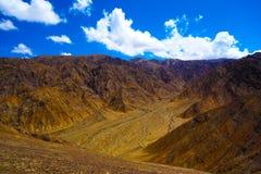 Горы под облачным небом Стоковые Фото