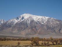 Горы покрытые снегом, голубое небо, ландшафт пустыни Стоковая Фотография RF