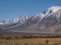 Горы покрытые снегом, голубое небо, ландшафт пустыни Стоковое Изображение