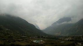 Горы покрытые с облаками Стоковые Изображения RF