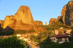 горы под селом стоковое изображение