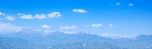 Горы под ярким облачным небом Корсика Стоковая Фотография RF