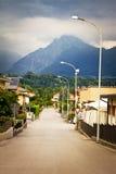 горы приближают к городку Стоковые Изображения
