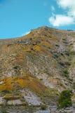 Горы прокалыванные старыми внешними ocher шахтами любят anthills стоковые фото