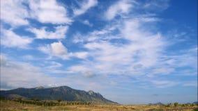 Горы против голубого неба с белыми облаками Облака цирруса, который побежали через голубое небо самые лучшие типы горных цепей видеоматериал