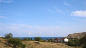 Горы против голубого неба с белыми облаками Облака цирруса, который побежали через голубое небо Самые лучшие взгляды побережья сток-видео
