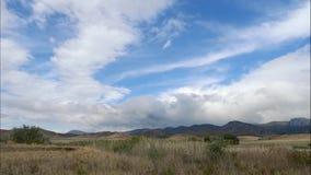 Горы против голубого неба с белыми облаками Облака цирруса, который побежали через голубое небо самое лучшее место на праздник се сток-видео