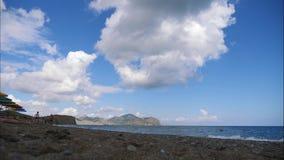 Горы против голубого неба с белыми облаками Облака цирруса, который побежали через голубое небо Самые лучшие взгляды побережья акции видеоматериалы