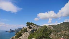 Горы против голубого неба с белыми облаками Облака цирруса, который побежали через голубое небо Самые лучшие взгляды побережья видеоматериал