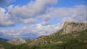 Горы против голубого неба с белыми облаками Облака цирруса, который побежали через голубое небо самые лучшие типы горных цепей акции видеоматериалы