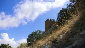 Горы против голубого неба с белыми облаками Облака цирруса, который побежали через голубое небо Часть крепостной стены дальше видеоматериал