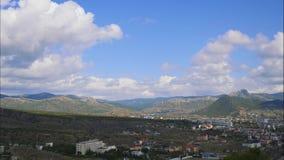 Горы против голубого неба с белыми облаками Облака цирруса, который побежали через голубое небо видеоматериал