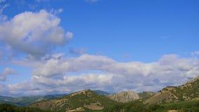 Горы против голубого неба с белыми облаками Облака цирруса, который побежали через голубое небо самые лучшие типы горных цепей сток-видео