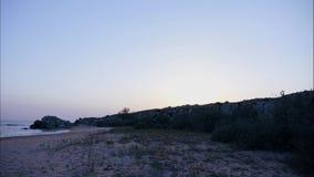 Горы против неба с восходящим солнцем Облака Sirus, который побежали через небо Самые лучшие взгляды побережья красивого сток-видео