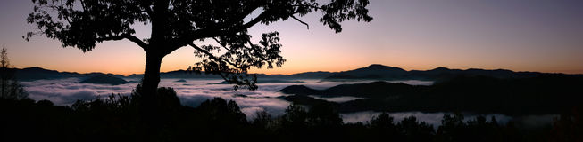 горы рассвета туманнейшие большие закоптелые стоковые фотографии rf