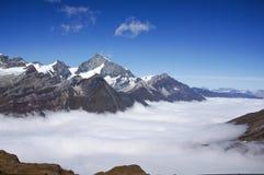 Горы снега каменные с морем тумана и неба ясности голубого в Swit Стоковое фото RF