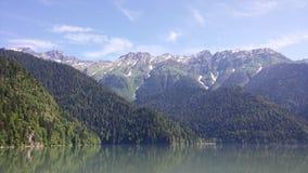 Горы с верхними частями покрытыми снегом стоковые изображения rf