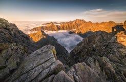 Горы с заворотом на заходе солнца стоковое фото