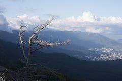 Горы с облаками и деревней Стоковые Изображения RF