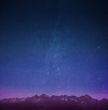 Горы с обоями звезд стоковое изображение
